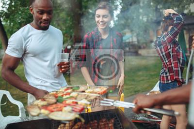 Fototapeta Grupa przyjaciele robi grillowi w podwórku. koncepcja o dobrym i pozytywnym nastroju z przyjaciółmi