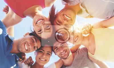 Fototapeta Grupa szczęśliwych młodych ludzi w okręgu
