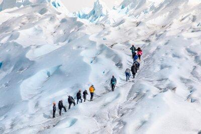 Fototapeta grupo de personas en fila subiendo por el hielo hacia la sima del glaciar Perito Moreno, en la patagonia Argentina