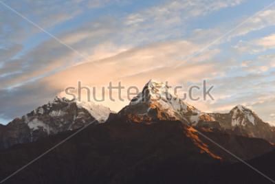 Fototapeta Grże różowego i pomarańczowego wschodu słońca światło nad Annapurna pasmem górskim z pięknymi chmurami, widok od Poon wzgórza w himalajach, Nepal