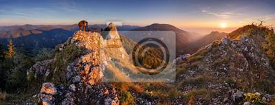 Fototapeta Halna jesień panorama przy zmierzchem z lasem i skałami.