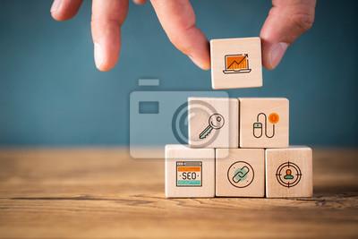 Fototapeta Hand stapelt Online-Marketing Symbole składowe auf Würfeln