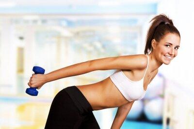 Fototapeta Hantle tricep curl przez dziewczynę siłowni