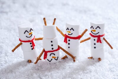 Fototapeta Happy funny Bałwany lekarski na śniegu