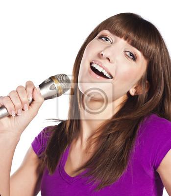 Happy młoda kobieta śpiewa z mikrofonu