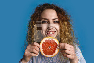 Exercícios Pra Coxas: Personal Ensina A Fazer Em Residência happy-positive-young-25-year-old-woman-with-wavy-hairstyle-holding-slice-of-fresh-grapefruit-reaching-out-hands-as-if-offering-you-juicy-vitaminous-fruit-healthy-lifestyle-and-fruitarianism-concept-400-115464454