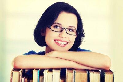 Fototapeta Happy uśmiechnięta młoda kobieta, studentka z książkami
