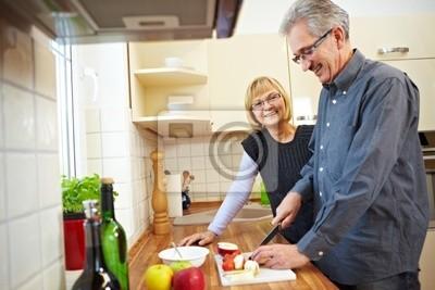 Hausmann bereitet Müsli vor