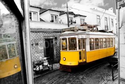 Fototapeta historyczny klasyczny żółty tramwaj z Lizbony zbudowany częściowo z nawigacją drewna, wąskich, krętych uliczek, w Portugalii