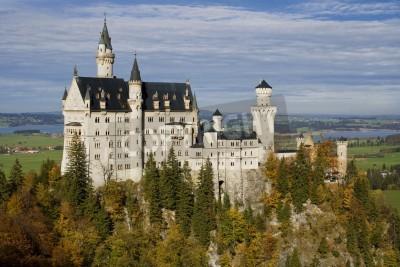 Fototapeta Hohenschwangau, Niemcy - 25 października 2006: Widok w kierunku zamku Neuschwanstein od mostu Marienbrucke. Zamek został zbudowany przez króla Ludwika II Bawarskiego w latach 1869 i 1886 w stylu neoro