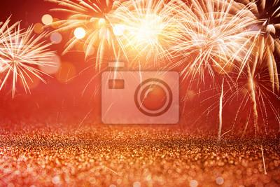 Fototapeta Holiday czerwony i złoty fajerwerki i bokeh w sylwestra wigilię i kopię miejsca. Abstrakcyjna tła uroczystości.