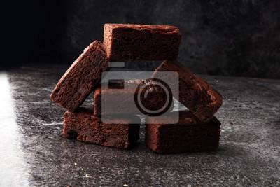 Homemade czekoladowe ciasteczka na szarym tle vintage, koncepcja ciasta czekoladowego