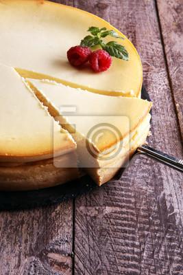 Fototapeta Homemade sernik z świeżych truskawek i mięty na deser