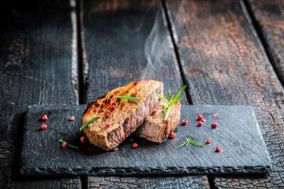 Fototapeta Hot pieczone mięso wołowe ze świeżym rozmarynem