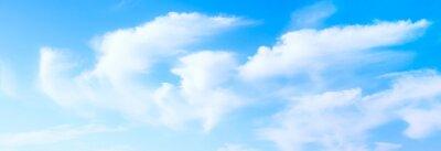 Fototapeta Idylliczne białe puszyste chmury w błękitne niebo panoramicznym tle dodatniej