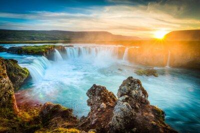Fototapeta Islandia, Godafoss na zachodzie słońca, piękny wodospad, długi czas ekspozycji