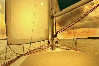 Fototapeta Jacht pod żaglami w zachodzie słońca