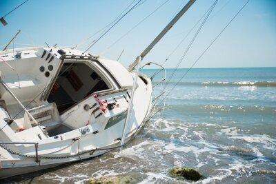 Fototapeta jachtu rozbity i wyrzucona na plaży