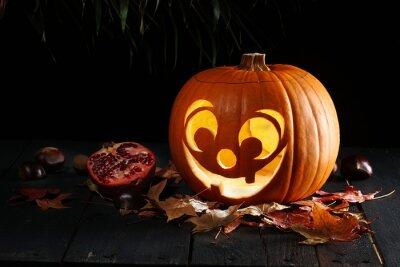 Jack O Lantern Halloween Pumpkin w liściach