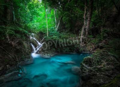 Fototapeta Jangle krajobraz z płynącą turkusową wodą z wodospadu kaskadowego Erawan w głębokim tropikalnym lesie tropikalnym. Park Narodowy Kanchanaburi, Tajlandia