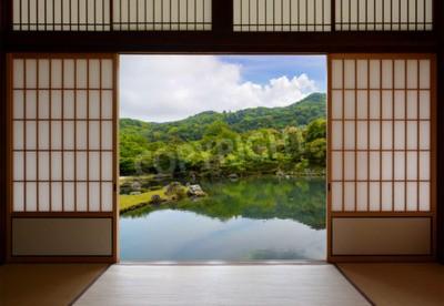 Fototapeta Japońskie drzwi przesuwne i piękny ogród stawowy