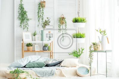 Fototapeta Jasny pokój z łóżkiem i dużym oknem. Koncepcja wnętrza, dekoracja, komfort w domu.