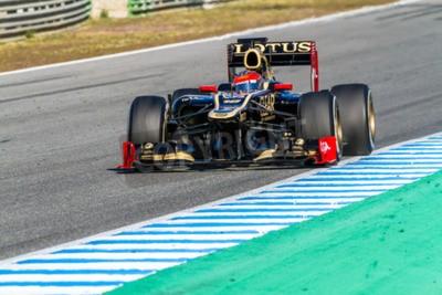 Fototapeta Jerez de la Frontera, Hiszpania - 10 lutego: Romain Grosjean z Lotus Renault F1 wyścigi na sesji szkoleniowej w dniu 10 lutego 2012 roku, w Jerez de la Frontera, Hiszpania