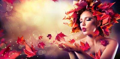 Fototapeta Jesień kobieta dmuchanie czerwone liście - Piękna modelka Dziewczyna