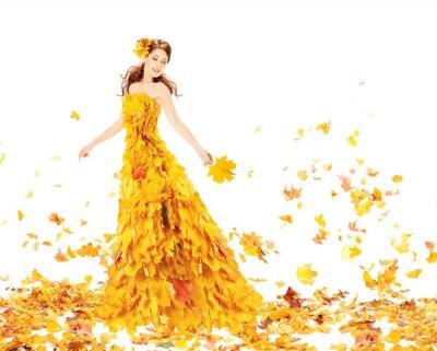 Fototapeta Jesień kobieta w żółtej sukni z liści klonu