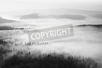 Fototapeta Jesienny wschód s? O? Ca w pi? Knej górskiej w inwersji. Szczyty wzgórz wzrosły z mglistego tła.