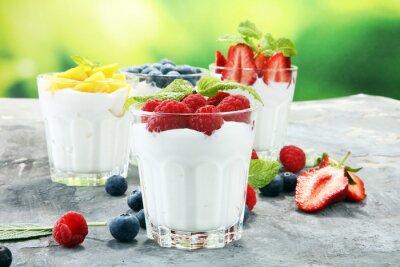 Jogurt i jagoda. Świeży jogurt owocowy ze świeżych jagód i brzoskwiń