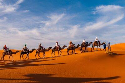 Fototapeta Karawane in den Dünen bei der Sahara Merzouga (Erg Chebbi); Maroko