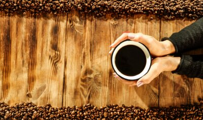 Kawa i drewniane biurko
