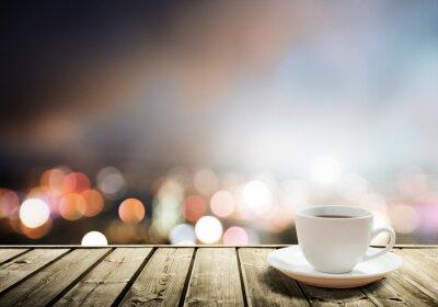 Fototapeta kawa na stole w nocy miasto