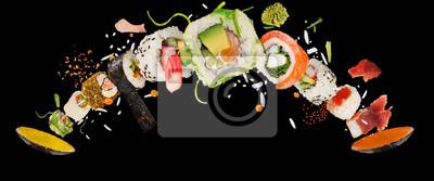 Fototapeta Kawałki pysznego japońskiego sushi zamrożone w powietrzu.