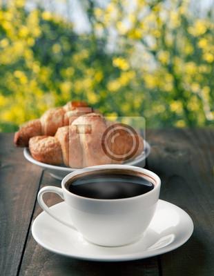 kawę z rogalikami na tle przyrody