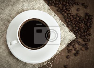 kawy z fasoli na lnianym obrusem