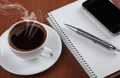 kawy z pustym notebooka i telefonu
