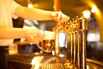 Fototapeta Kelner przygotowuje projekt piwo ze złotego kranu