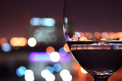 Fototapeta Kieliszek wina z niewyraźne światła