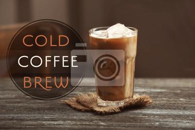 Kieliszek zimnej kawy na stole