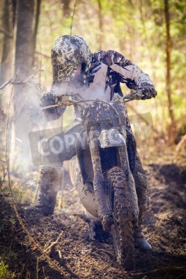 Fototapeta Kierowca Motocross o podział silnika na mokrych i błotnistym terenie w Parola, Finlandii