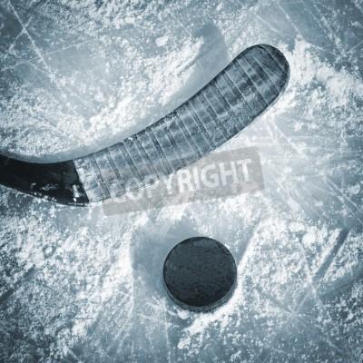 Fototapeta Kija hokejowego i Puck na lodowisko.