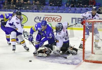 Fototapeta KIJÓW, Ukraina - 09 lutego 2012: Denys Zabludovskiy Ukrainy (na niebiesko) walczy o krążek z rumuńskich graczy podczas ich na Euro Hockey Challenge gry w dniu 9 lutego 2012 w Kijowie, Ukraina