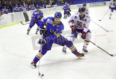 Fototapeta KIJÓW, Ukraina - 09 lutego 2012: Oleksandr Jakowienko Ukrainy (L) walczy o krążek z Litvan Nagy Rumunii podczas ich meczu na Euro Hockey Challenge, w dniu 9 lutego 2012 w Kijowie, Ukraina