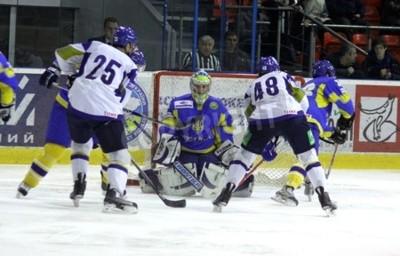 Fototapeta KIJÓW, Ukraina - 18 grudnia 2010: Bramkarz Kostyantin Simchuk Ukrainy (C) bronić swoich netto w ciągu Prime Euro Hockey Challenge meczu z Kazachstanem w dniu 18 grudnia 2010 roku w Kijowie, Ukraina