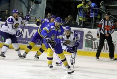 Fototapeta KIJÓW, Ukraina - 18 grudnia 2010: Prime Euro Hockey Challenge gry między Ukrainą i Kazachstanem w dniu 18 grudnia 2010 roku w Kijowie, Ukraina