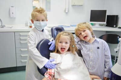 Fototapeta Kinder spielen Zahnarzt