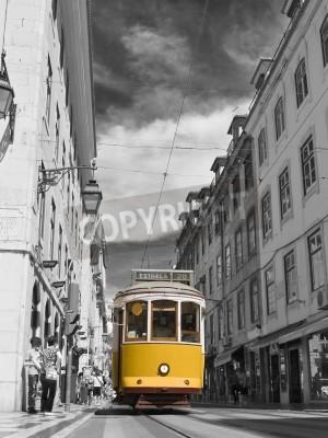Fototapeta Klasyczne tramwaj na ulicach Lizbony w Portugalii, w Europie.