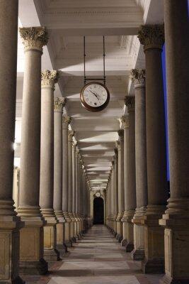 Fototapeta Klasyczny styl kolumnada z zegarem, Karlovy Vary